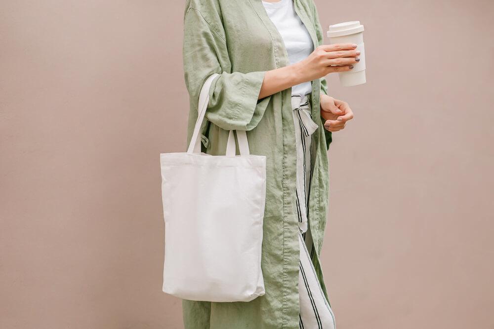 エコバッグを持つ女性