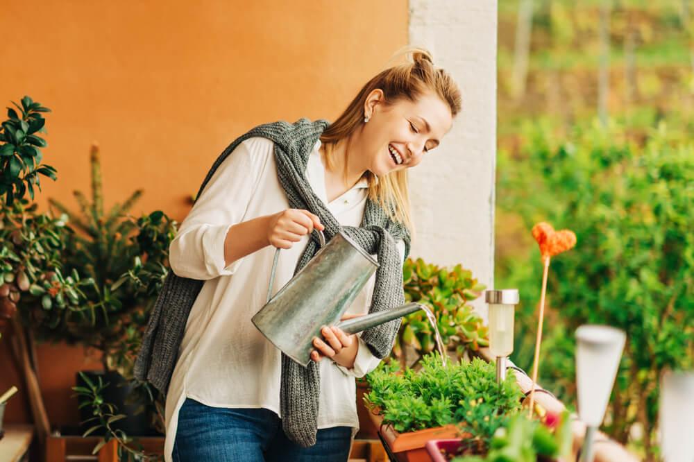 植物に水やりをする女性