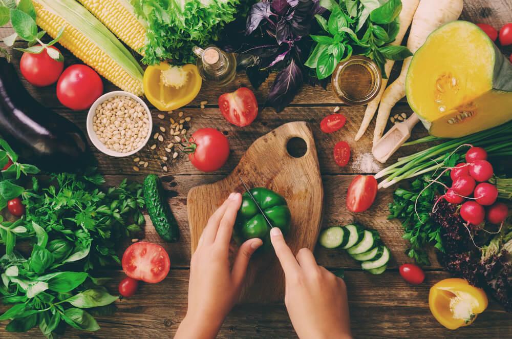 オーガニック野菜を切る女性