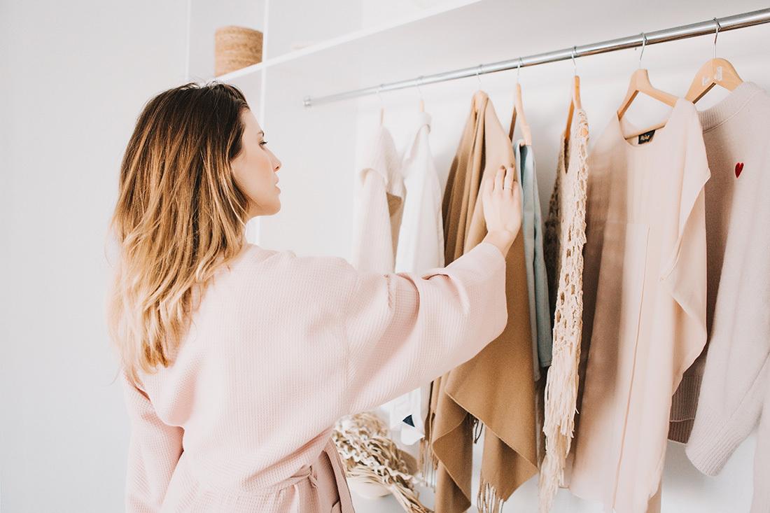 衣装選びをする女性