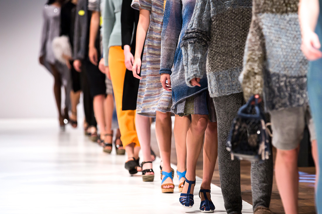 ファッションショーのランウェイを歩く女性達