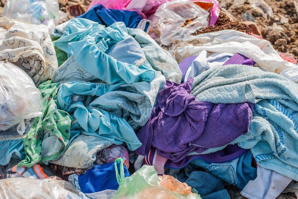 大量に廃棄される衣服