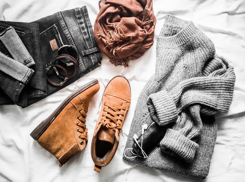 セーターなどのファッションアイテ