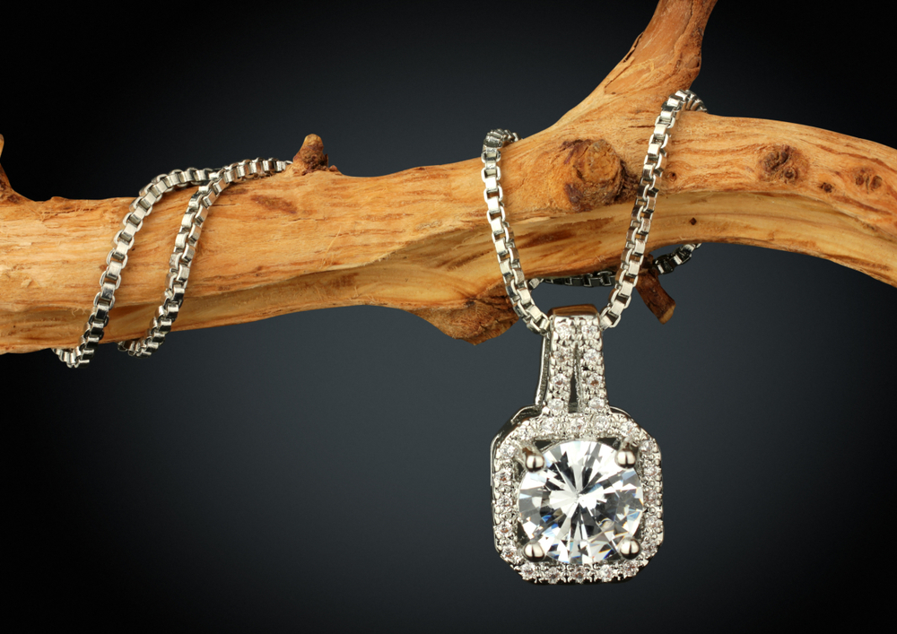 木に巻きつけられたダイヤのネックレス