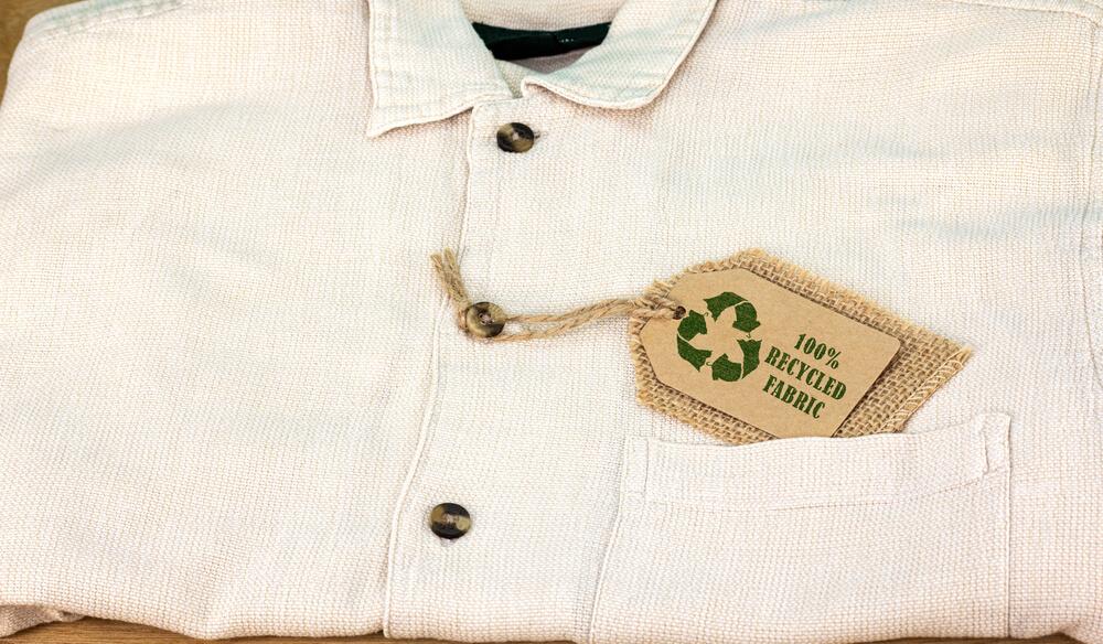 リサイクル素材のタグがつけられた服