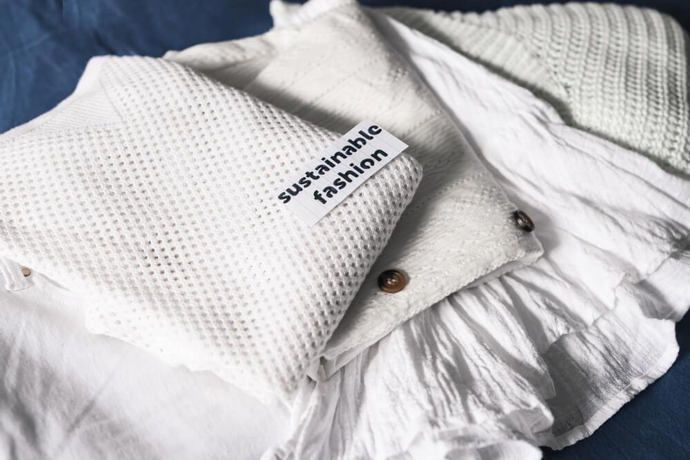 サステナブルファッションのタグがついた服