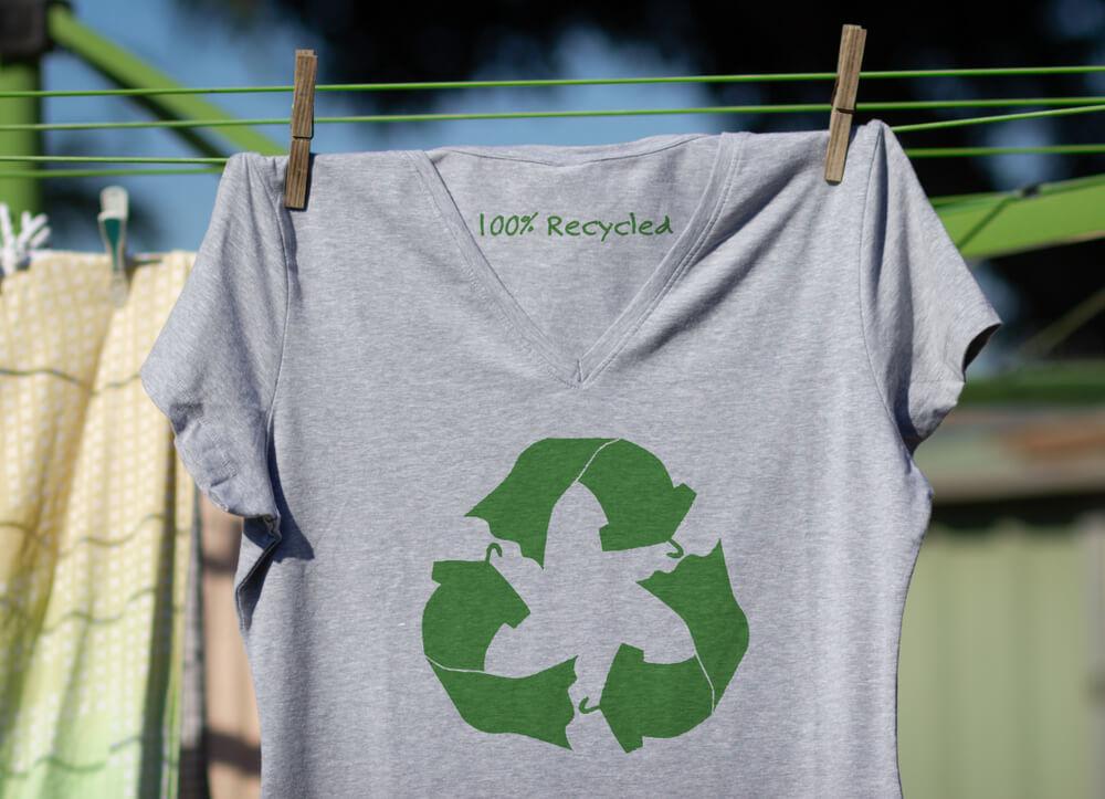 リサイクルロゴのTシャツ