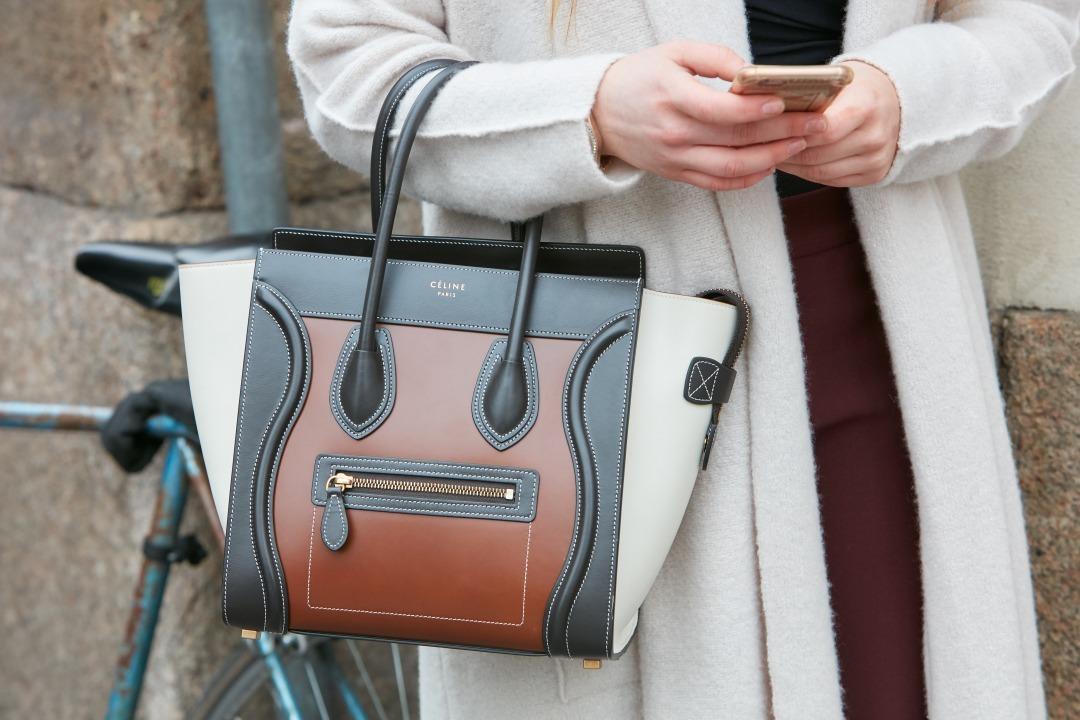 セリーヌのバッグを持っている女性