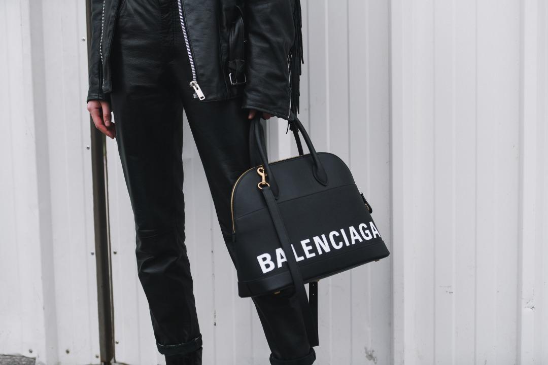 バレンシアガのバッグを持っている様子