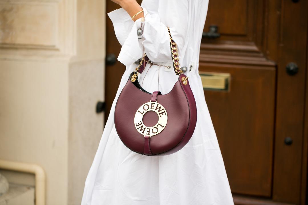 ロエベのバッグを持ち歩いている女性