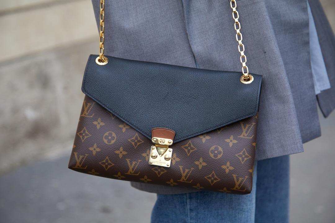 ルイヴィトンのバッグを持っている女性