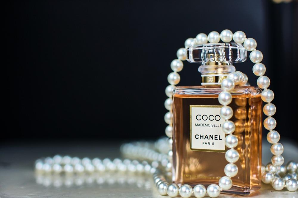 シャネルの香水が机に置かれている様子