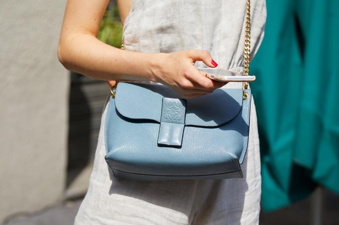 ロエベのアナグラム入りバッグを持つ女性