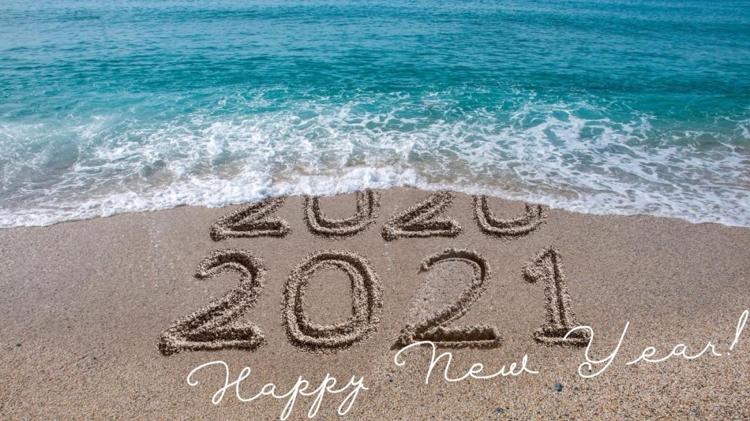 砂浜に2021年と書いた写真