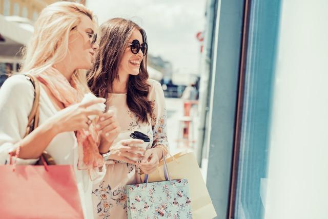 ウィンドウショッピングをする二人の女性