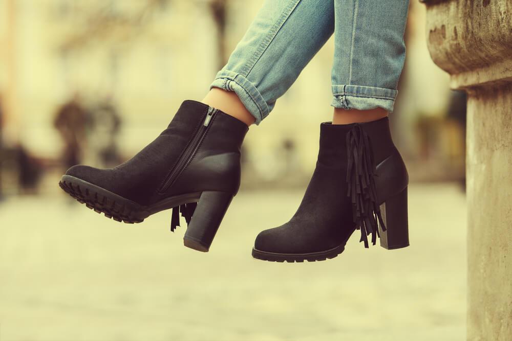 黒いブーツを履く女性
