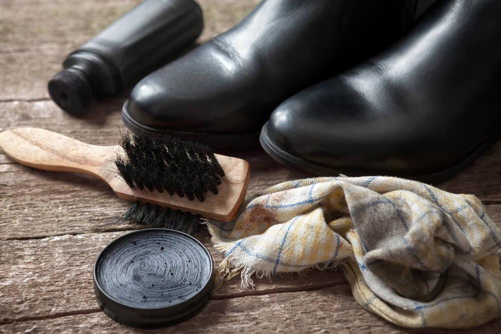 革靴とブラシとクリーム