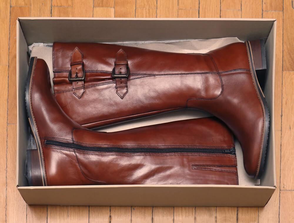 箱に入った茶色のブーツ