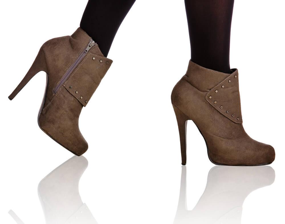 スエードのブーツで歩く女性