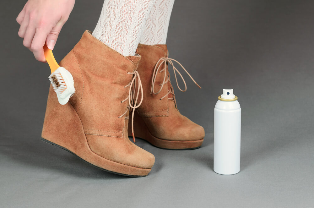 スエード靴にブラシをかける女性
