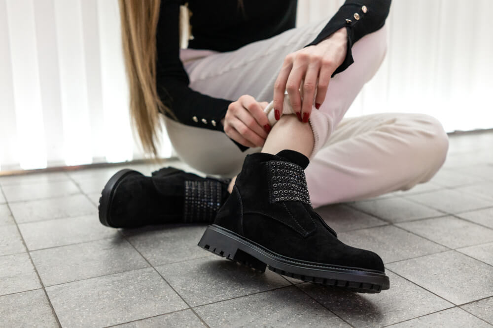 ヌバックのブーツを履く女性