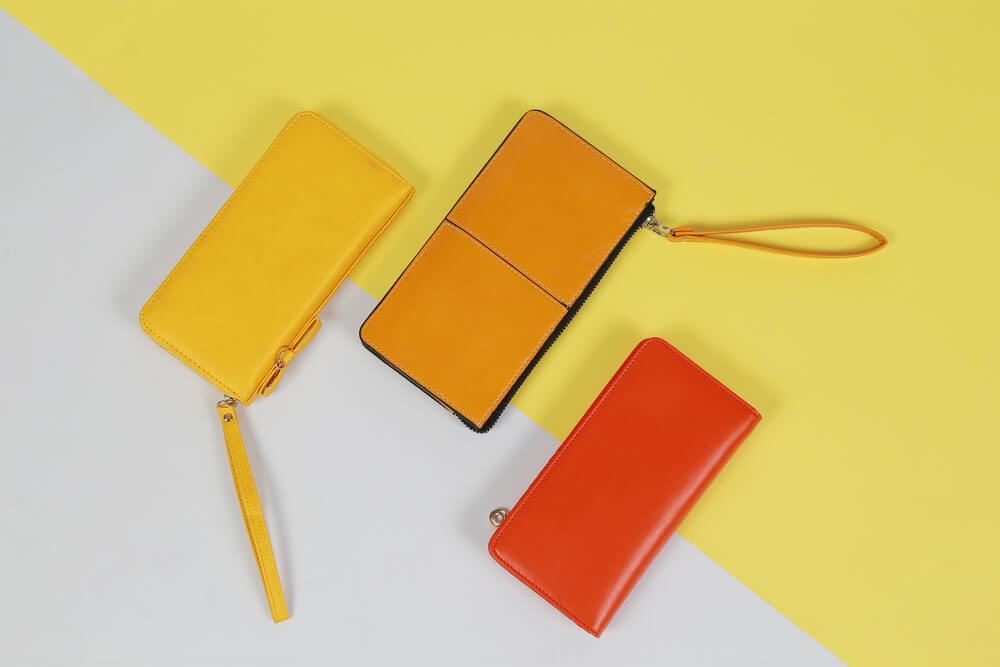 黄色やオレンジの革財布