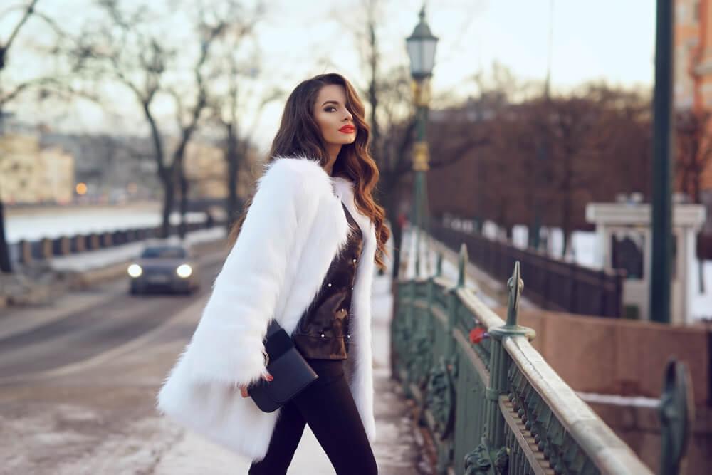 白いファーコートを着た赤い口紅の女性
