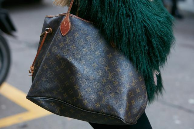 ルイヴィトンのトートバッグを持つ女性