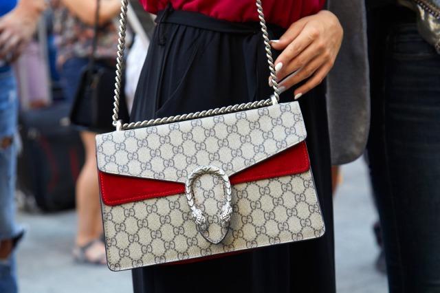 グッチのショルダーバッグを持つ女性