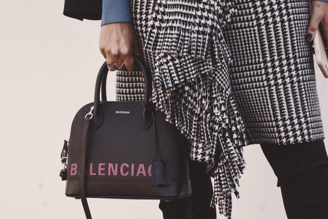 バレンシアガのハンドバッグを持つ女性