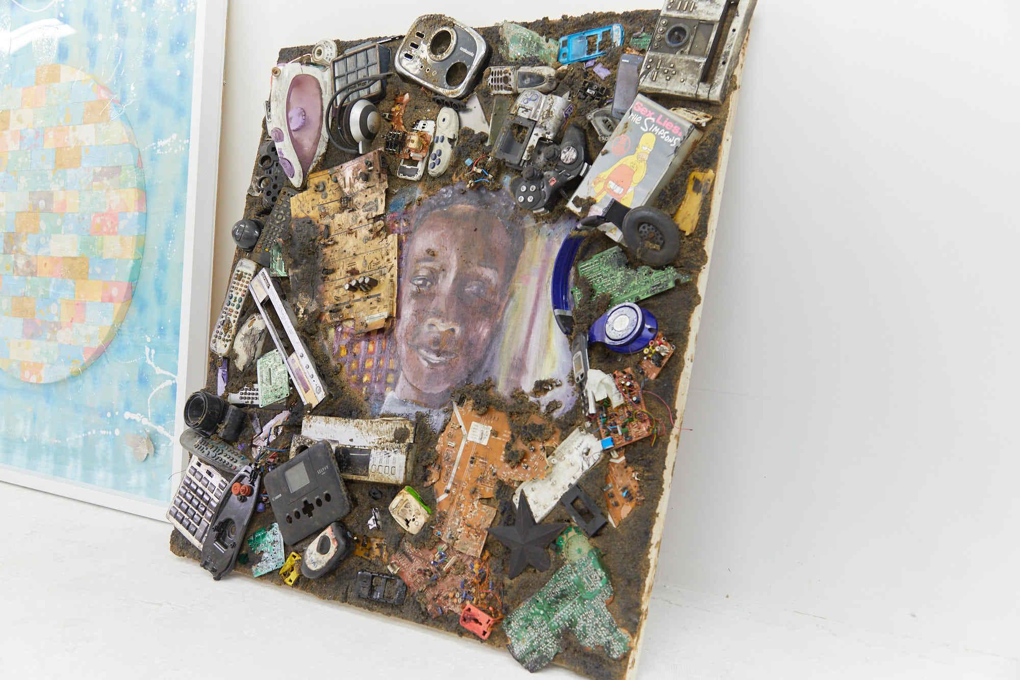 電子廃棄物を使用したアート作品