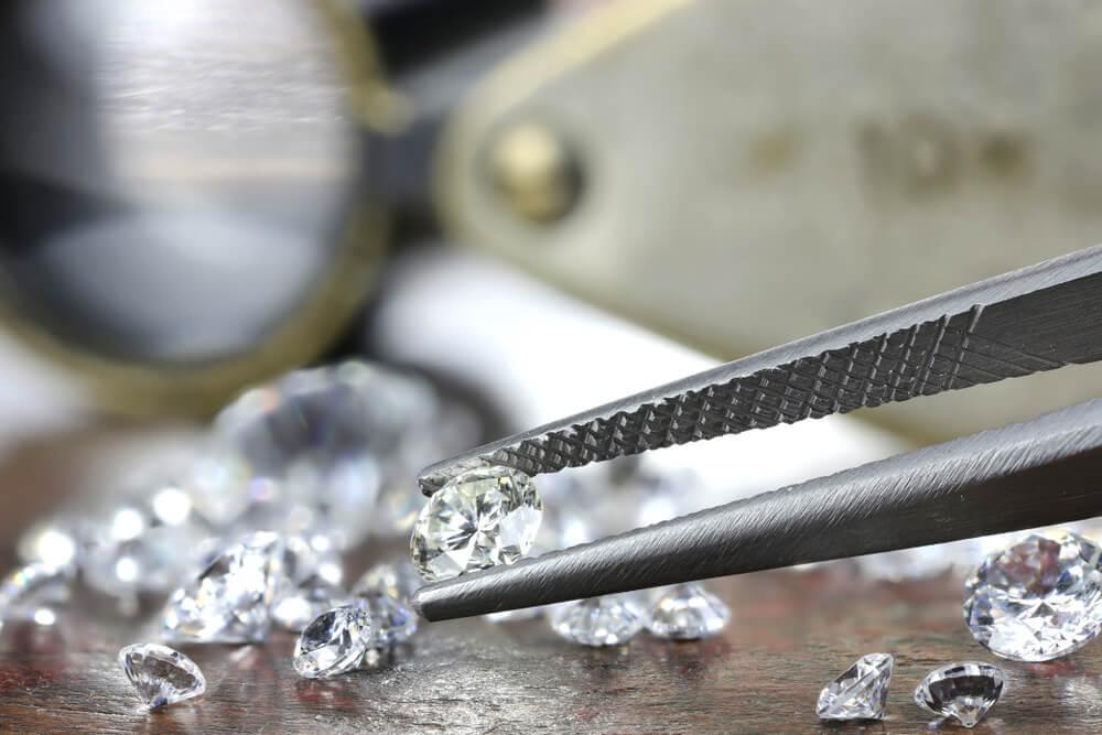 ダイヤモンドとピンセット