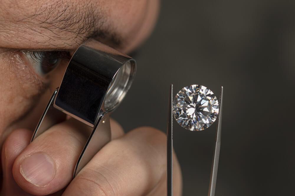 ダイヤモンドの鑑定をする男性