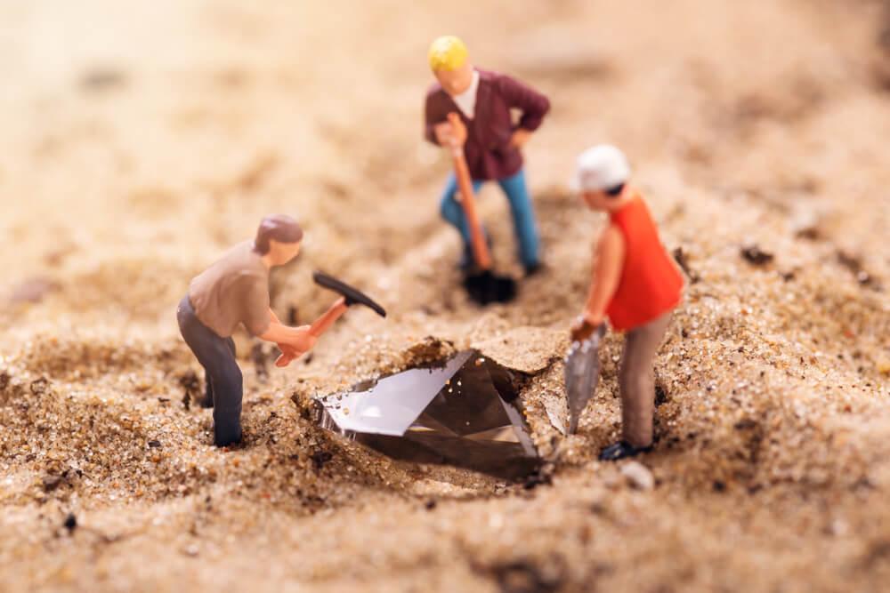 ダイヤモンド採掘を再現した人形