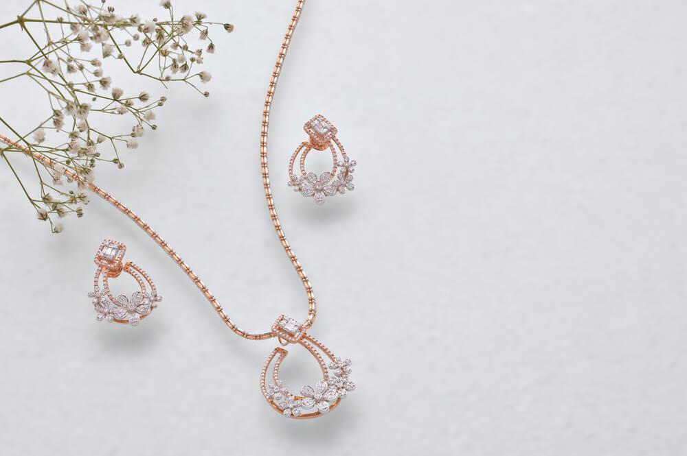植物と宝石のついたネックレス・イヤリング