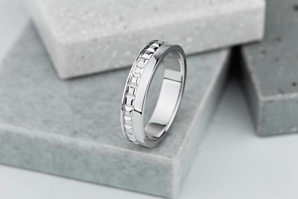 石の上に置かれた銀の指輪