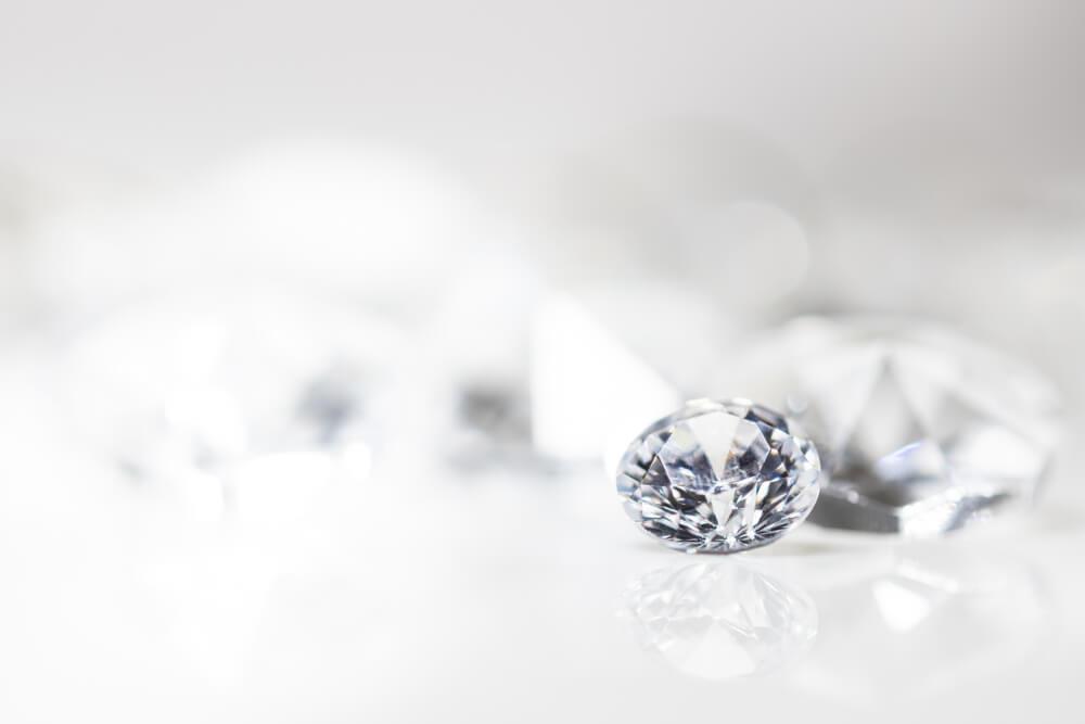 白い背景に輝くダイヤモンド