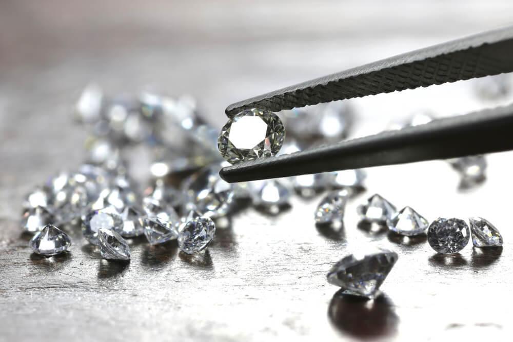 ピンセットでつままれたダイヤ