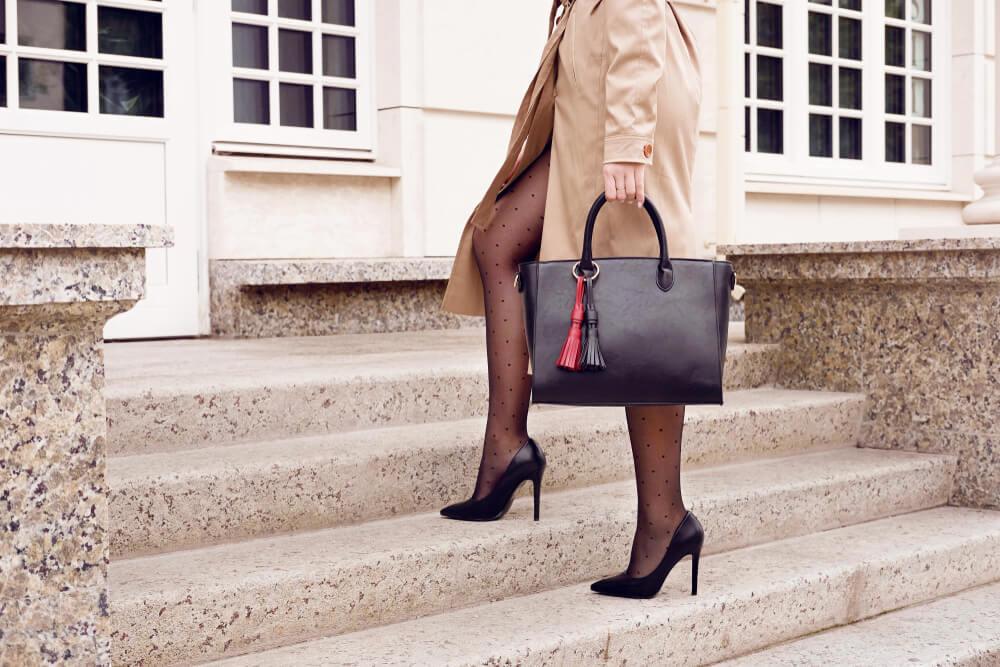 黒いバッグを持つ女性
