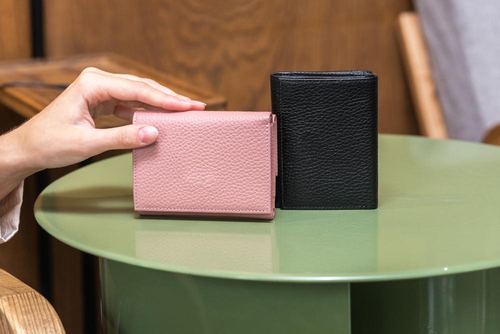 机に置かれた2つの財布