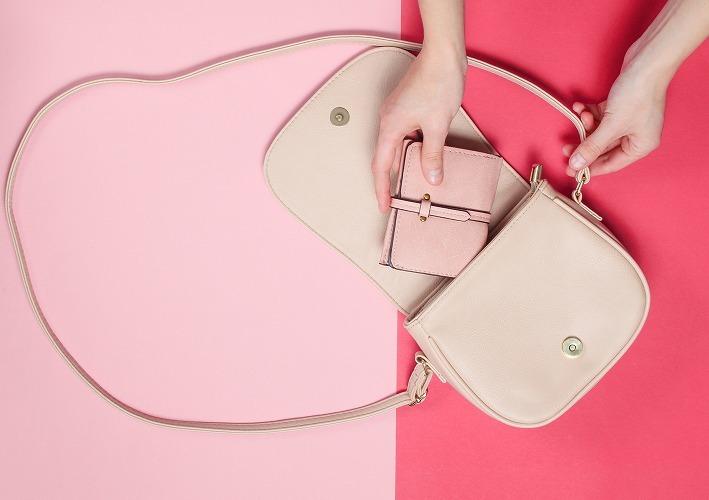 バッグに財布を入れる女性