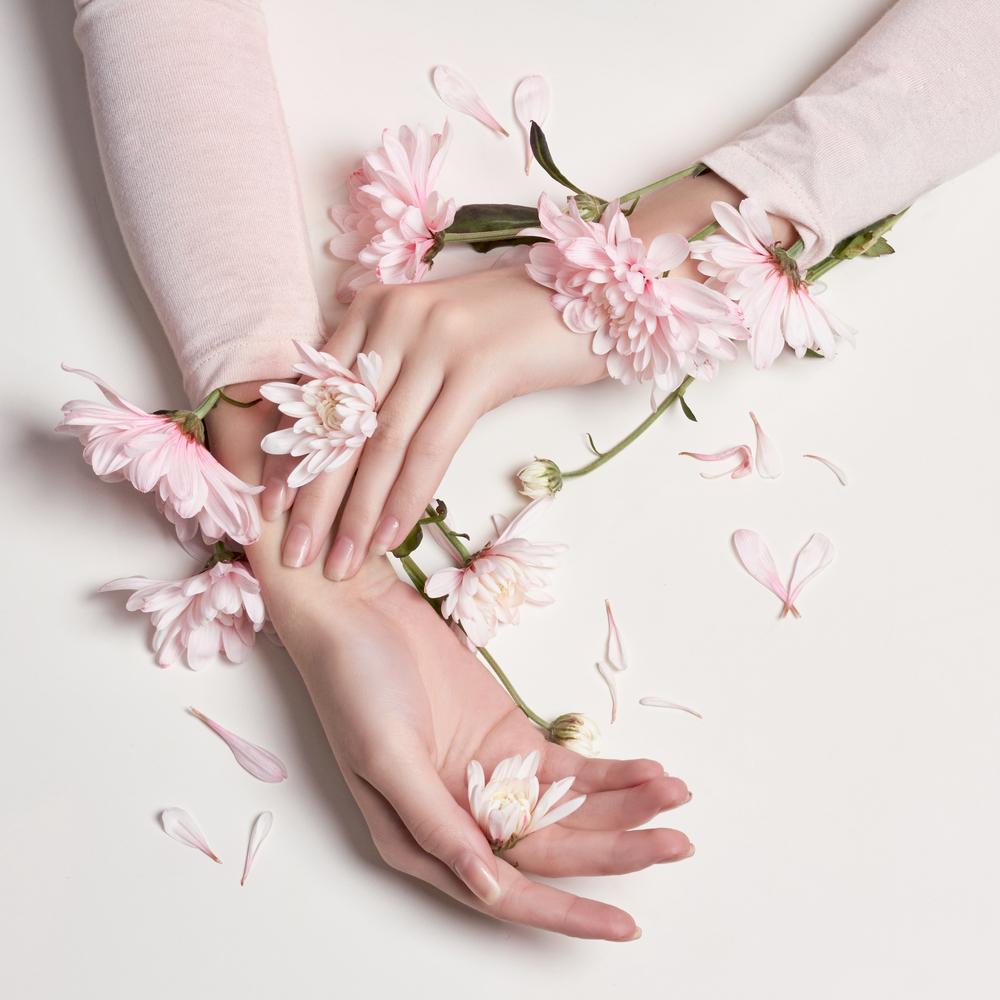 花をあしらった美しい女性の手元