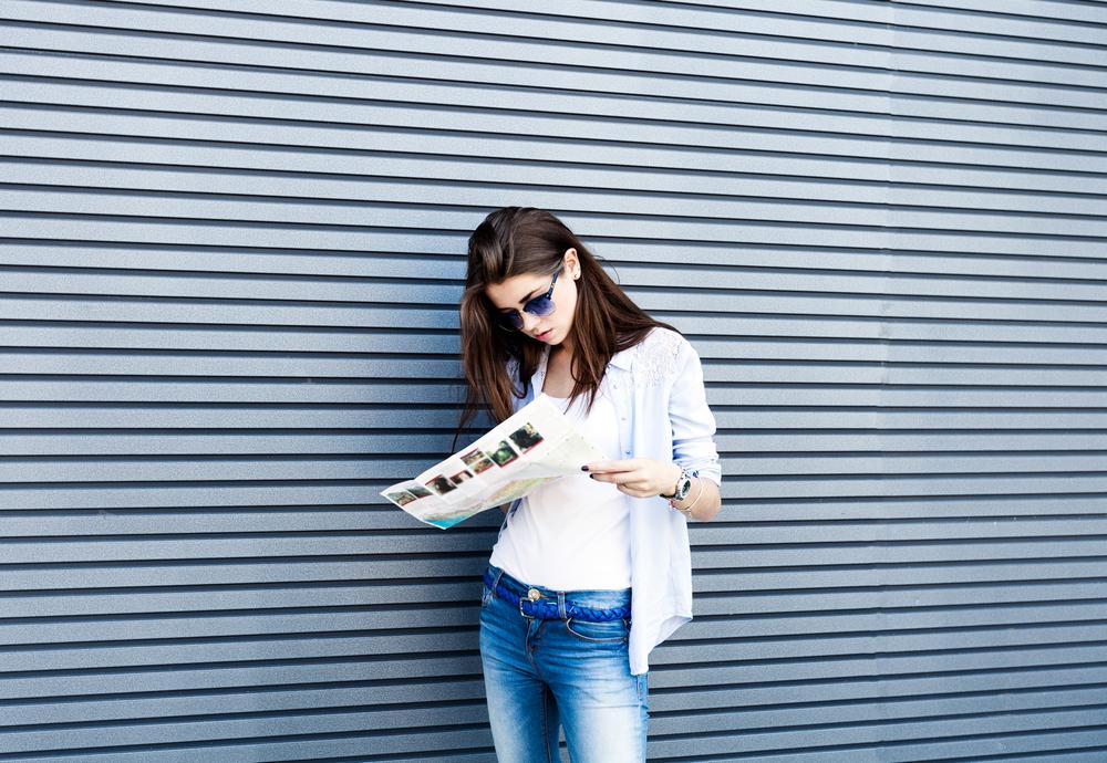 読み物を手にする女性