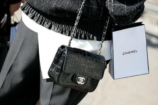 シャネルのチェーンバッグを持つ女性