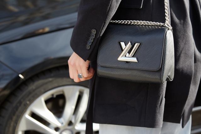ルイヴィトンのエピのバッグを持つ女性