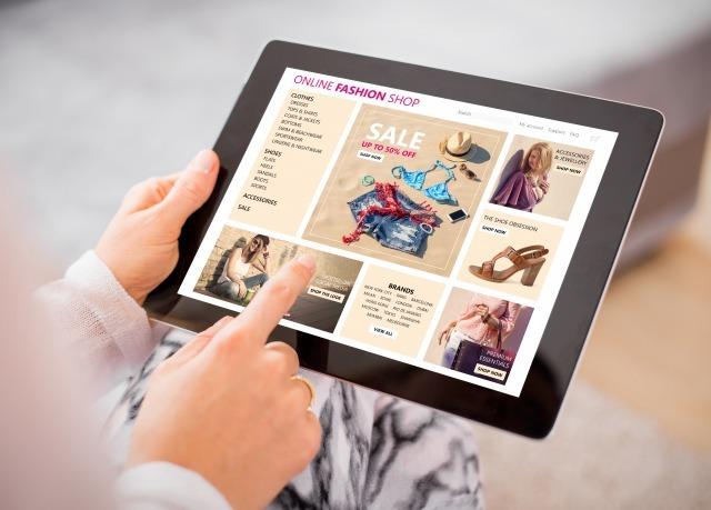 タブレットでネットショッピングする女性