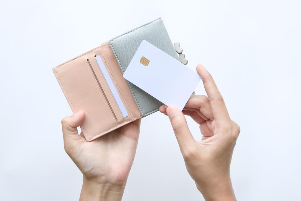 お財布を持つ手