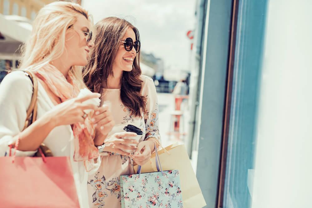 ショッピングを楽しむサングラスの二人の女性