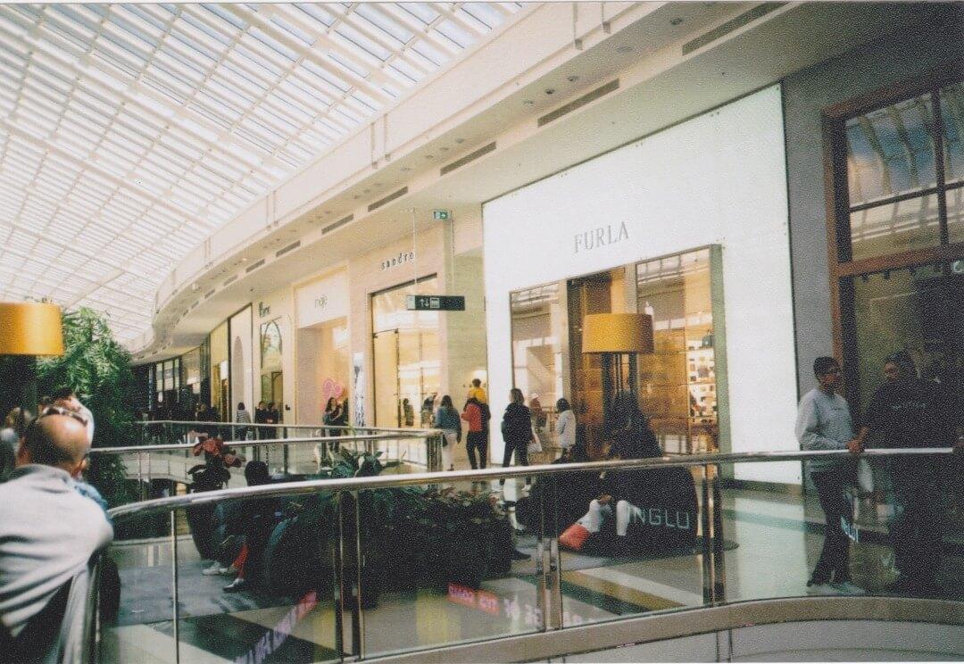 モール内のFURLAの店舗外観