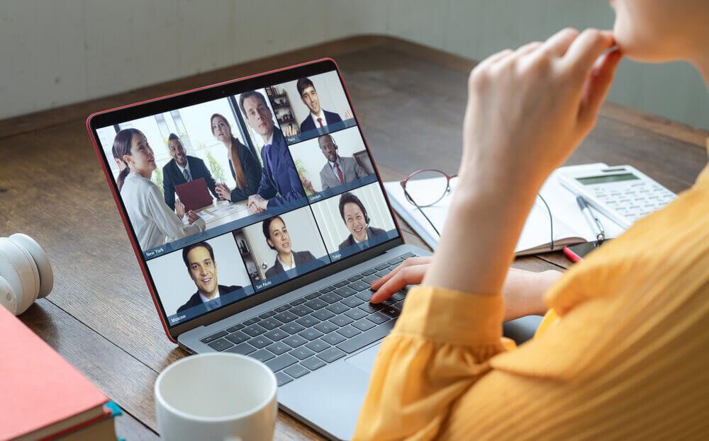 オンラインミーティング中の黄色い服の女性